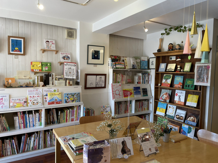 カフェのオーナーを務めるのは、絵本作家で音楽家でもある中川ひろたかさん。店内には中川ひろたかさんの絵本を中心に、赤ちゃんから大人まで楽しめる絵本がたくさん並んでいます。