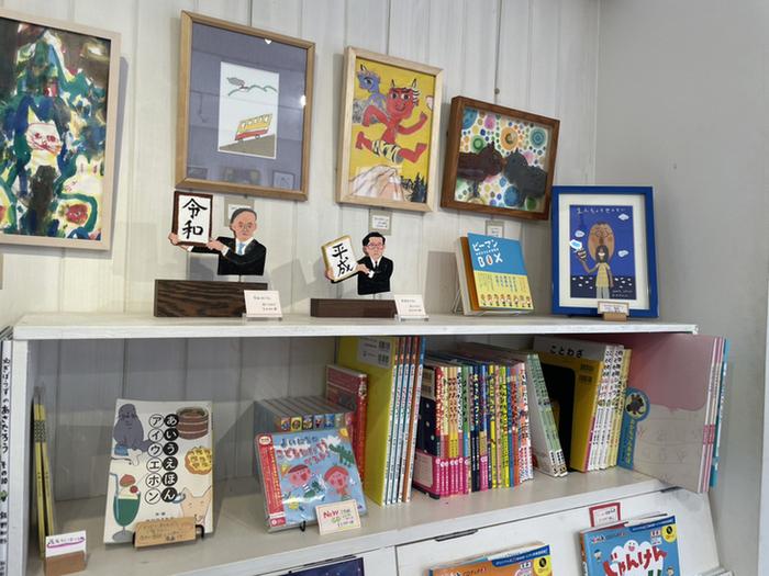 店内の壁には、長新太さんやささめやゆきさんなど、有名作家の原画がさりげなく飾られています。