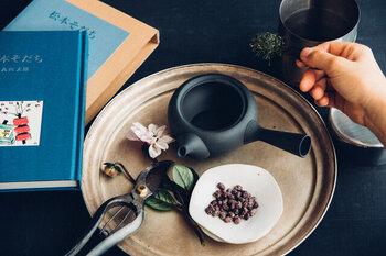 お茶の種類と人数に合わせた量の茶葉を急須に入れます。目分量ではなく、ちゃんとスプーンで計量することで適度な濃さのお茶を楽しむことができます。いったん冷ましておいたお湯を急須に移し、茶葉に合った浸出時間を意識しましょう。