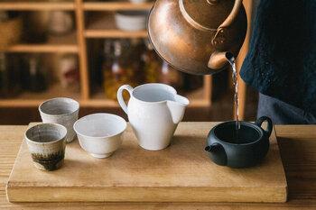 お湯は沸騰してからヤカンの蓋を取り、そのまま2〜3分ほど煮立たせます。するとカルキの臭いがほぼ抜けて、お茶の風味が損なわれません。余裕があれば一晩汲み置きをした水を使うとなおベスト。 熱すぎるお湯のままだとお茶の風味が損なわれてしまうので、湯呑や湯冷まし器に入れていったん適温まで冷ますのが美味しさのポイントです。