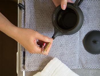 最近、急須のお湯の出が悪くなったな…と感じたら、試したいのが茶こしの掃除。茶こし箒を使うと、なかなかきれいにしにくい注ぎ口もきれいにすることができます。