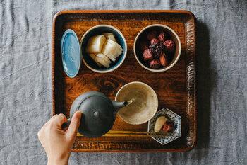 湯呑にお茶を注ぎます。複数の湯呑に注ぐ場合、濃淡や量に違いがでないように廻しつぎをします。最後の一滴にお茶の旨味が凝縮されているので、最後まで出し切ることで、2煎目も美味しく飲むことができます。