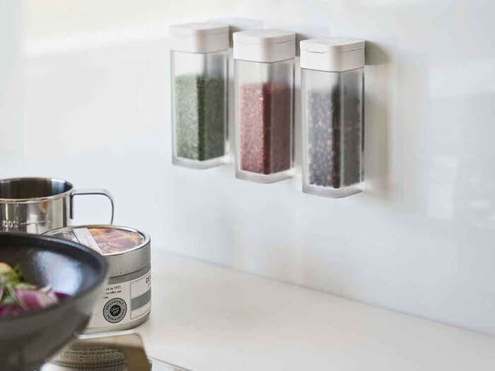 磁石で鉄製の冷蔵庫や棚の壁面に張り付けることができるボトル。これならスパイスが迷子になることもありません。フタがスライド式になっているので片手で作業ができるのも便利。わが家は使用頻度の高いコショウや塩を入れています。シリーズでしょうゆ差しや砂糖入れ、小麦粉を入れられるものがあり、用途によって分類できるのもうれしい。