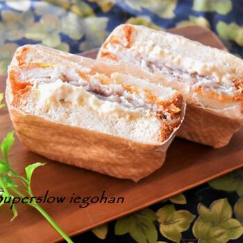 マクドナルドやモスバーガーで人気のフィッシュサンドをおうちで再現。レンチン卵で、すぐにできます。ピクニックにおすすめです。
