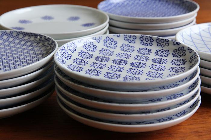 Φ117×H17(mm)の小ぶりなサイズなので、収納も場所を取らずスッキリ。銘々皿、薬味皿、調味料皿など、様々な使い方ができるので、同じ柄で揃えたり、柄違いで揃えたりいくつあっても活躍してくれます。