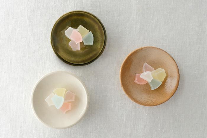 色ごとに趣が異なる「フォースマーケット(4th-market)」の「ピタ プレート」。釉薬のにじみ具合が風情を醸し出している「織部(画像上)」。ヒビのような貫入が魅力的な「白(画像左下)」。耐熱陶器で使い勝手の良い「ベージュ(画像右下)」などどれも落ち着いた和の風情が魅力的。