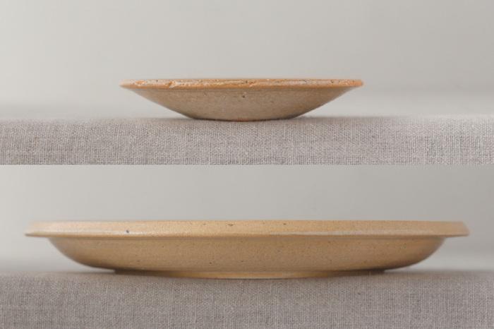 大きさが違うだけでなく、サイズごとにかたちの特徴も異なっており「小皿」は、底から縁にかけ、わずかに立ち上がっています。一方「7寸プレート」は、底の平らな部分が大きくとられており、縁のみが立ち上がっているので、用途に応じて使い分けもできます。