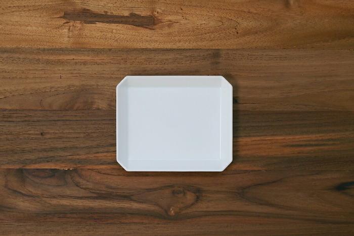 同じく「1616 / arita japan」のシンプルなフォルムで清潔感あるホワイトの「スクエアプレート」。有田焼のピュアホワイトと呼ばれる真っ白なプレートは透明感があり、なめらかなガラス質のような陶肌も魅力的です。