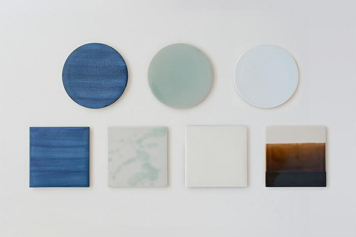 丸皿は刷毛目の神秘的な表情がいつまでも見飽きない「GOSU(呉須)」。艶やかな淡いブルーが幻想的な「SEIJI(青磁)」。マットなホワイトがどんな料理にもあう「HAKUJI(白磁)」の3色。角皿はさらに、茶系のクールで落ち着きのあるグラデーションの「TENMOKU (天目)」の4色。