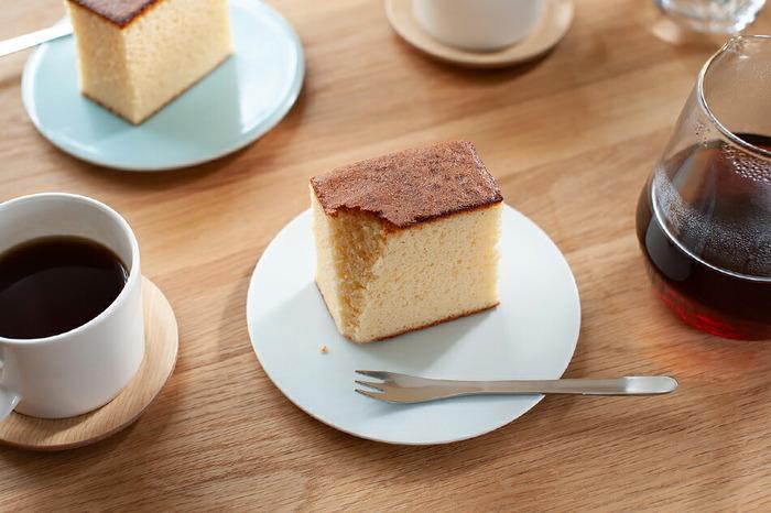 どのプレートも和菓子や和食はもちろんのこと、ケーキやオードブルなどから、エスニックなどどんなメニューにもぴったり合います。同じ形で色違いで揃えたり、同じ色で形違いで揃えたり、または全て揃えてもあれこれ使えて重宝します。