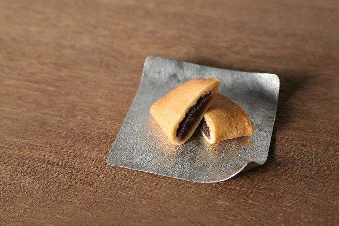 富山県高岡市にて明治42年に創業したシマタニ昇龍工房、寺院用のりんを製造している自社ブランド「syouryu」の折り紙のように変形できる小皿の「すずがみ」。