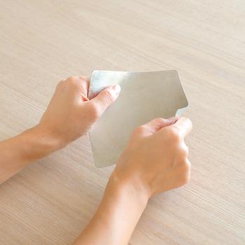 通常の錫の板と違い、熟練の職人さんたちが何回もリズミカルに金槌で叩くことで、曲げ延ばしによる劣化を少なくし、折り紙のように折ったり曲げたりできる、楽しく創作意欲のわくアイテムです。