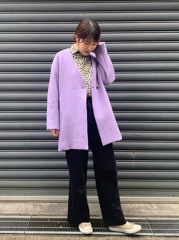 メンズライクなパンツスタイルには、鮮やかなラベンダーコートをジャケット風に羽織って。シンプルな着こなしですが、シャツにさりげなく柄を覗かせてスパイスをきかせています。