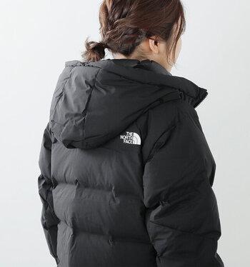 登山用品ブランドのダウンなど、本格的な防寒機能を備えた上着があると安心です。焚火をする方は、火の粉による穴あきを防ぐためにも耐火性の衣類を選びましょう。