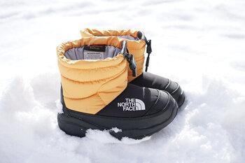 通常のスニーカーは底冷えの原因になるので、ダウンシューズやブーツなど、目的地に合わせた防寒シューズを選びましょう。雪が降る地域ならスノーブーツも積極的に活用してくださいね。