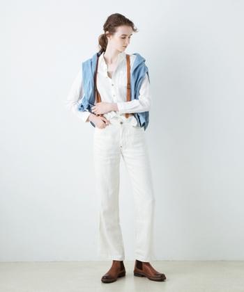 リネン素材の白シャツは、アイロンをかければキチンと感が。洗いざらしのままで着れば、こなれ感のある着こなしが楽しめるアイテムです。白デニム×白シャツのオールホワイトコーデは一見難しそうですが、温かみのあるブラウンの小物で全体を優しく引き締めると、ほどよくメリハリが効いて、おしゃれに仕上がりますよ。