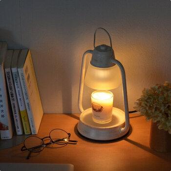 キャンドルウォーマーランプは、アロマキャンドルをセットすることで火を使わず電球の熱によって香りを広めるものです。優しく灯された明かりと、ほのかに香る優しいアロマによって癒されるだけでなく、落ち着いた瞑想を行うことができます。小さいお子様やペットがいる方にもおすすめです。