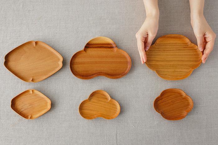 「大」と「小」の2サイズ展開で、木の皿の良さをいかしたデザインは画像左から「隅入菱(すみいりひし)」、「松」、「木瓜(もっこう)」の3種類。特に「小」サイズの小皿は、懐紙をひいて和菓子の器として最適です。
