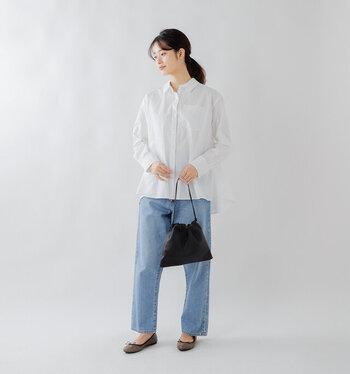 シャツ×デニムというシンプルな組み合わせなのに、垢抜けて見える。その理由は、シャツのデザインにあります。裾に向かってふわりと広がるテントシルエットのシャツには、リラクシングなムードが漂い、ナチュラルな大人の美しさをまとうことができます。これからの季節は、淡いカラーのデニムを合わせて涼しげに着こなすのがおすすめです。