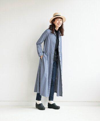 朝晩はまだまだ肌寒いこの季節。ワンピース単体では心もとないかも…という日は、羽織としてコーデに取り入れるのもおすすめ!共布リボンのついたデザインなら、前で結んだり、後ろでまとめたりとよりコートらしく着られるので便利です。ボトムスにスキニーデニムを選べば、スッキリとした装いになります。