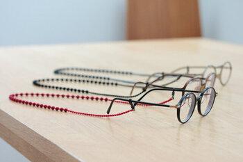 トリプル・オゥのグラスコードは、大小の糸玉で紡ぐポコポコとしたリズムある表情が魅力的。軽やかな着け心地で、メガネを掛けてた横顔のさり気なくアクセントになってくれます。