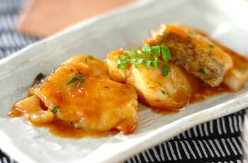 バター醤油の香りがたまらない♪甘辛く味付けしたタラのソテーです。タラは「タンパク質」が豊富で低カロリーなのが特徴。ダイエット中や筋トレ中の食事にもおすすめな食材です。ご飯がすすむこと間違いなしです。