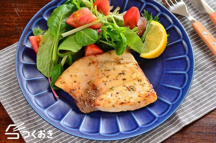 かじき本来のうま味が楽しめる♪かじきのハーブソテーです。かじきは、免疫力アップが期待される「タンパク質」が豊富な食材。クセもなく食べやすい魚なので、子どもにもおすすめです。ハーブの風味がさわやかに香ります。お好きなハーブで楽しんで◎代わりにハーブソルトを使うと、より手軽に作れますよ。滋味深い味わいを堪能してみてはいかが。