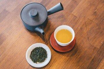 こちらは提携農家さんにこだわる坂ノ途中の煎茶。宇治の南、和束町の製茶房嘉栄 林嘉人さんが丹念につくったお茶です。無農薬で育った力強いコクを十分に生かすには、通常よりも低めの温度が合います。