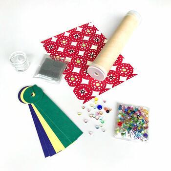 富山ガラス工房手作りの「ガラスの粒」を選び、富山市の伝統工芸でもある「八尾和紙」を使った万華鏡を作ることができます。