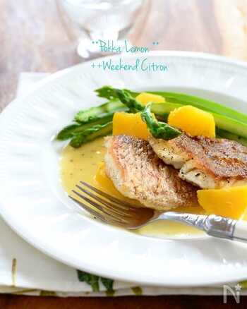 さわやかに香るレモンソースで♪鯛をはじめ、いろいろな白身魚で楽しめるソテーです。市販のレモン汁を使って、より手軽に作りやすくしています。レモンの風味でさっぱりとした味わいに。旬の野菜を付け合わせに、彩りよく楽しんで。ワインにも合いますよ。