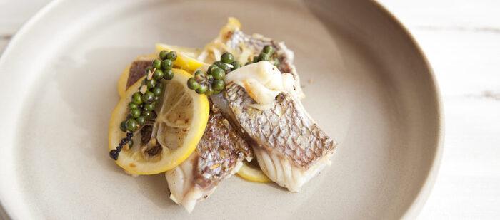 生こしょうがアクセント!鯛のレモンソテーです。鯛には、美肌や美髪の効果が期待できる「タンパク質」や、アンチエイジング効果が期待できる「ビタミンA」が多く含まれています。生こしょうのピリッとした辛さが後を引くおいしさです。生のレモンを使ってさっぱりと味わえます。ワインのお供にぜひおすすめ♪