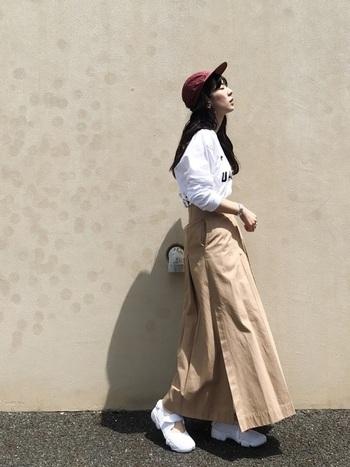 ストリートっぽさもあるのに女性らしい、まさにジェットキャップのお手本コーデ。シンプルな配色ながらジェットキャップが良い差し色になっていますね。ベーシックカラーでなくとも落ち着きのあるカラーであれば、どんな服とも相性抜群。