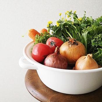 ご存じの方が多いかもしれませんが、まずスーパーで野菜を買ってきたら、すべて、そのまま冷蔵庫の野菜室にしまうのはNGです。  野菜にはそれぞれ適した保存温度があり、なかには冷蔵庫に入れてしまうと「低温障害」を起こしてしまう野菜も。 また、常温保存向きの野菜でも、カットした場合は冷蔵庫に入れたほうがよいものもありますよね。  ちょっとここで、『冷蔵庫に入れない、常温保存の野菜』はどういう野菜なのかを確認しましょう。