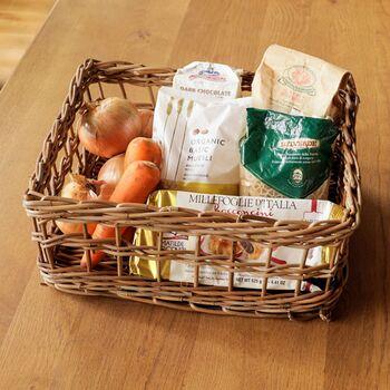 ラタンを使った四角いバスケット。軽く丈夫なラタンは、頻繁に出し入れしたいかごにも最適です。  根菜と一緒にパスタやコーヒーなど、ストック食品を一緒に入れておくのも素敵。野菜は土汚れなどが落ちやすいので、定期的に中身を出して、拭いておくと衛生的に使えます。