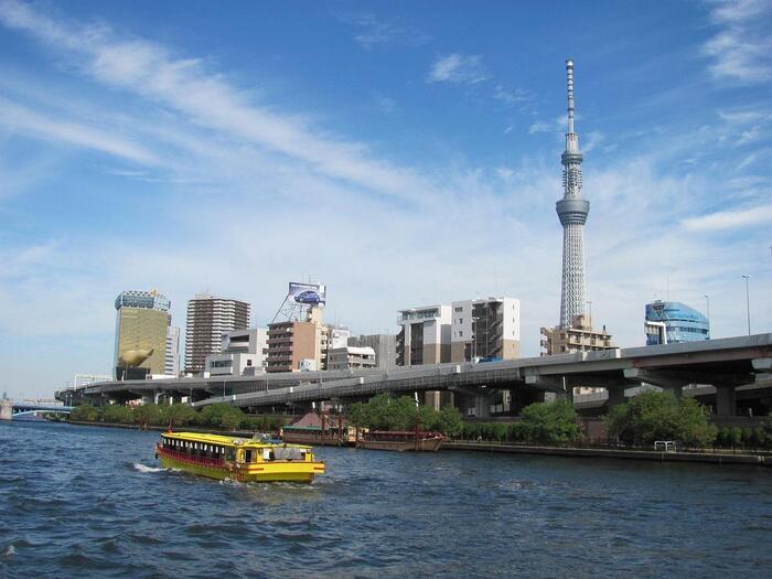 駒形橋方面に出航すると、先ほどのビルと東京スカイツリーを見ることができますよ。