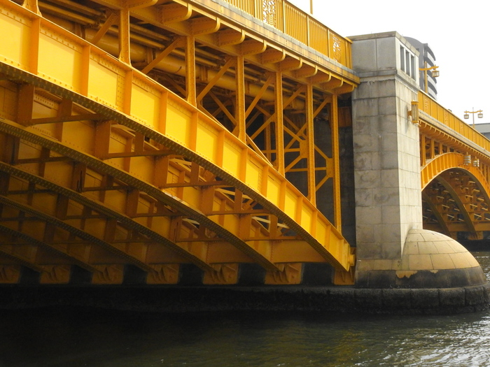 浅草から数えて4つ目の橋「蔵前橋」は鮮やかな黄色が特徴です。水上バスでは橋をくぐる珍しい体験ができるのも楽しみのひとつ。