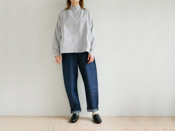 マニッシュな印象を与えるスタンドカラーシャツは、とことんハンサムに着こなしてみて。色落ち加工のないブルーデニムを合わせることで、ラフ過ぎないカジュアルコーデが完成します。裾をややロールアップして、軽やかさをプラスするのが◎