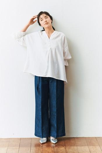 襟元をすっきりみせてくれるVネックシャツ。ラフでリラクシーな着こなしがこなれ感を漂わせています。センターライン入りの太目パンツを合わせれば、細みえ効果も抜群。シャツの裾をインすれば品のいい印象にも。