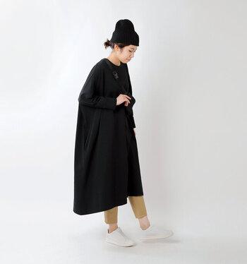 春先にはやや重たく見えがちな黒ワンピースは、白いスニーカーを合わせてスッキリ見せ!やはり、足首を見せるようにするのが軽やかさを印象づけるポイントです。ベージュのボトムスをチラリとのぞかせれば、こなれた雰囲気にまとまります。