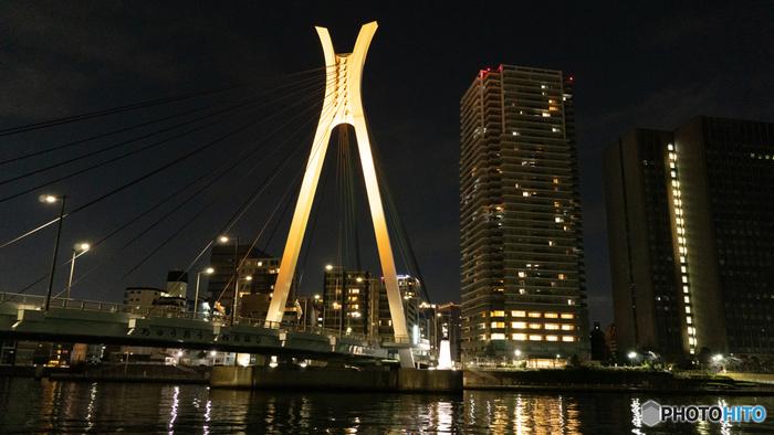 ライトアップされた姿は幻想的な雰囲気。昼間とは違う橋や川面の美しさを楽しめます。