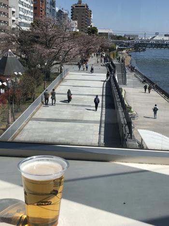 出航を待つ間、カフェでお茶やお酒を楽しむのもおすすめですよ。