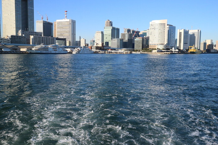 日の出桟橋を出港すると全景が見えます。青い海と白い船のコントラストがとてもきれい。