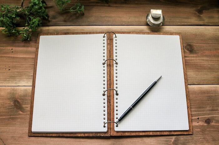 ノートを開くとこんな感じ。ルーズリーフタイプなので、中身を変えて続けられるところも◎ノートから木の温もりを感じられるとっておきのアイテムです。