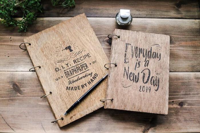 合板を使ったノート&アルバム&ファイルです。ドリルで穴を開けたり、金具を固定したりとひと手間がかかりますが、オリジナリティ溢れる仕上がりに。3つの中で一番簡単なのが、ウッドリングノート。ステンシルのかすれ具合がかっこいいですね。