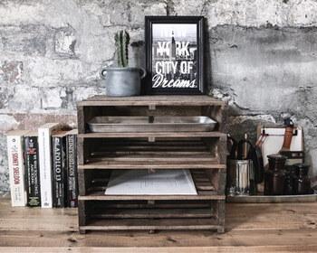 セリアのすのこや合板などを使った棚は、デスク上に置くのにちょうどいいサイズ感。他のものに比べると少し手間はかかりますが、1,000円以下で味わいある作品に。A4サイズが入るので、書類などの整理整頓にも役立ちますよ。