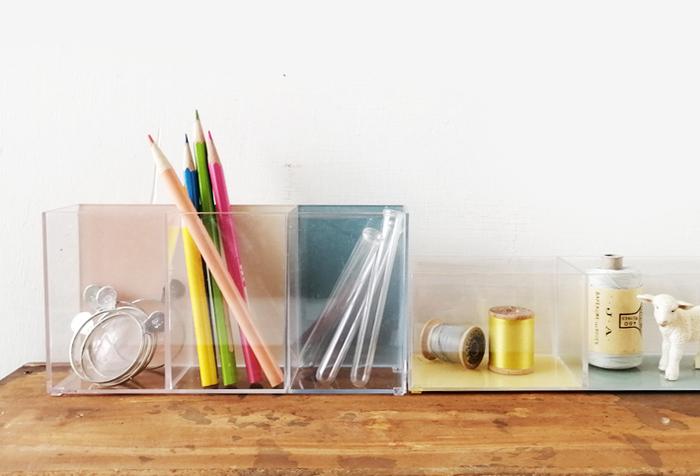 ピンクやブルーのパステルカラーが爽やかなクリアケースは、セリアの仕切りケースをちょこっとアレンジしたもの。裏側をペイントするだけで、こんなに可愛くなるんです。文房具を少量入れて、カラーをチラ見せするとおしゃれ♪