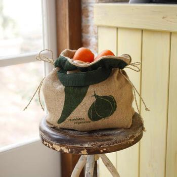 野菜の模様が描かれた麻袋の野菜ストッカーです。  持ち手がついているので、そのまま、キッチンに移動してくることも。使わないときには、畳んでしまっておけますし、狭いキッチンを効率的に使いたい人におすすめのアイテムです。