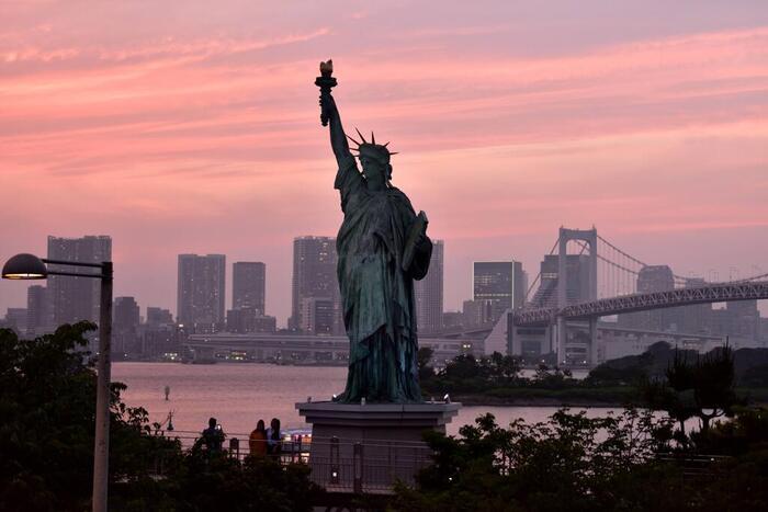公園のシンボル「自由の女神」は、高さ約11メートル、重さ約9トンのブロンズ像。パリ市にある自由の女神像から型取って造られました。昼間、夕暮れ、夜と時間帯によって異なる表情を見せてくれますよ。
