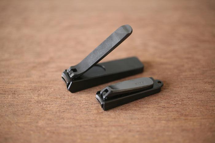 1987年の発売以来、理美容カテゴリーでトップの販売量を誇る「木屋」の爪切り。刃物の老舗の爪切りだから、切れ味は抜群。切り口がなめらかなので、人によっては仕上げのやすりがけが不要です。指のサイズや用途に合わせて大小2種類のサイズが用意されています。爪が硬い人や、足の爪には大サイズ、ストラップが付けられる穴が付いている小サイズは携帯に便利です。