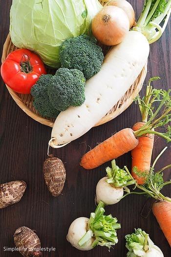 ・玉ねぎ ・じゃがいも ・さつまいも ・さといも ・ごぼう ⇒これらの根菜類の常温保存は、泥付きが好ましいです。  ・きゅうり ・ピーマン ・おくら ・なす ・かぼちゃ ・トマト(熟れたトマトは冷蔵庫保存)   *カットしていない状態に限ります。 *「常温保存」に向いた野菜とはいえ、あまりに暑い日が続く夏場などは、野菜も冷蔵庫に入れて保存したほうが良い場合も。臨機応変に判断しましょう。 *主に夏に収穫される野菜は、常温で大丈夫とされています。